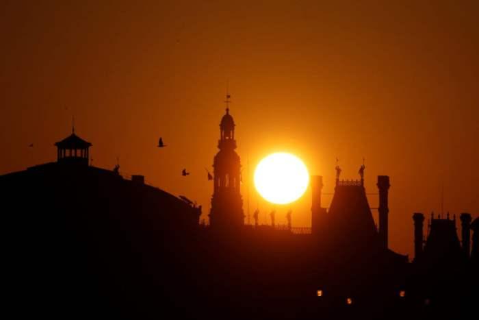 Восход солнца над Парижем.