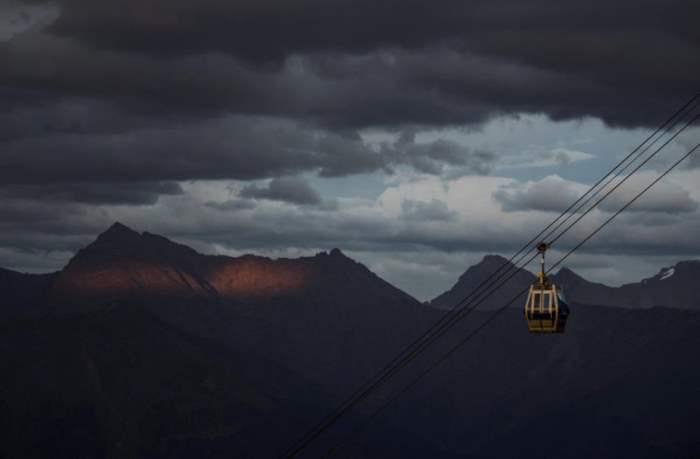 Закат над Кавказскими горами, наблюдаемый в Сочи.