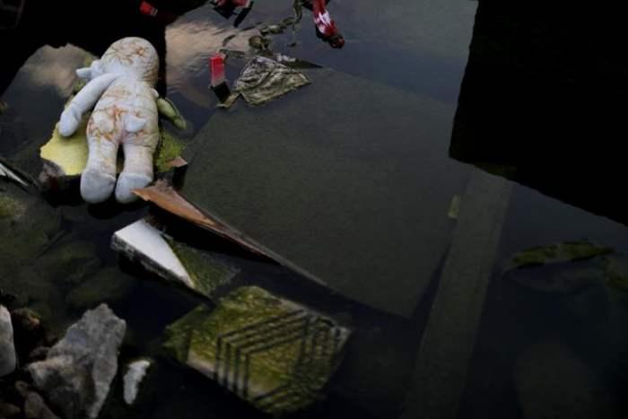 Игрушка лежит среди обломков