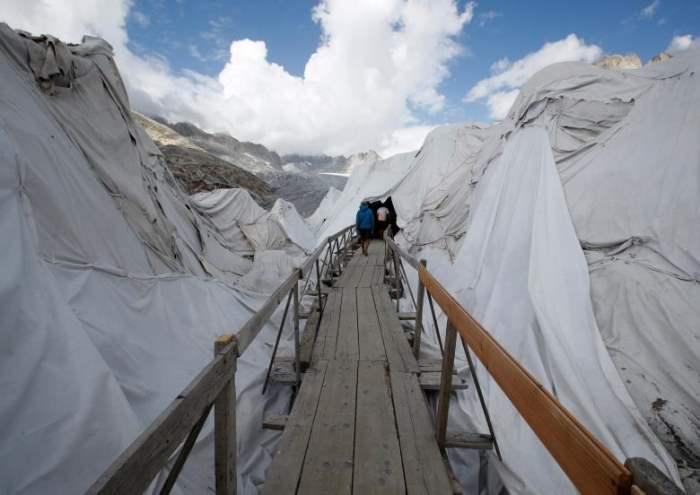 Люди входят в Ледяную пещеру