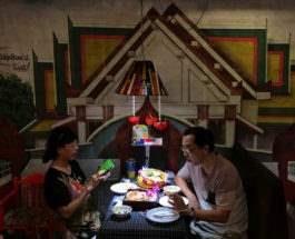 Пара в тайском ресторане в Бангкоке, Таиланд.
