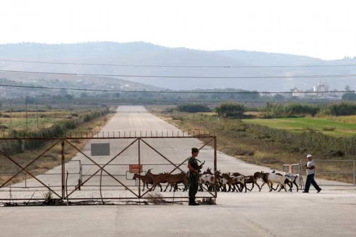 Пастух и овцы на авиабазе Кукова