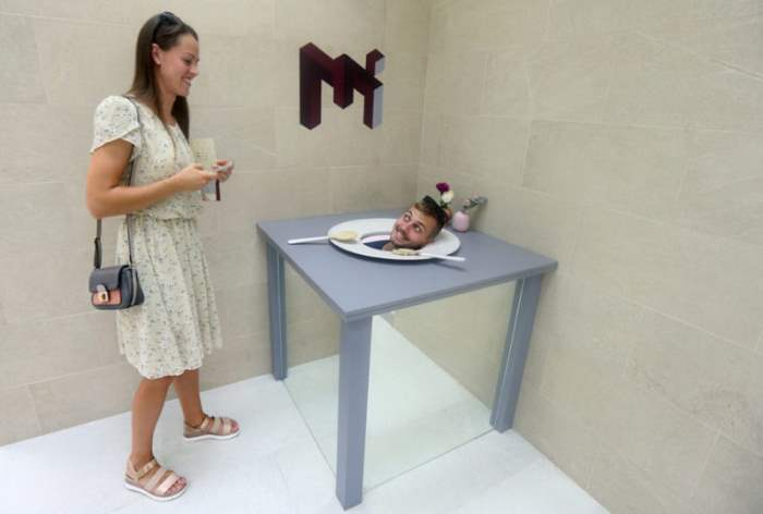 Посетители Музея оптических иллюзий в Дубае.