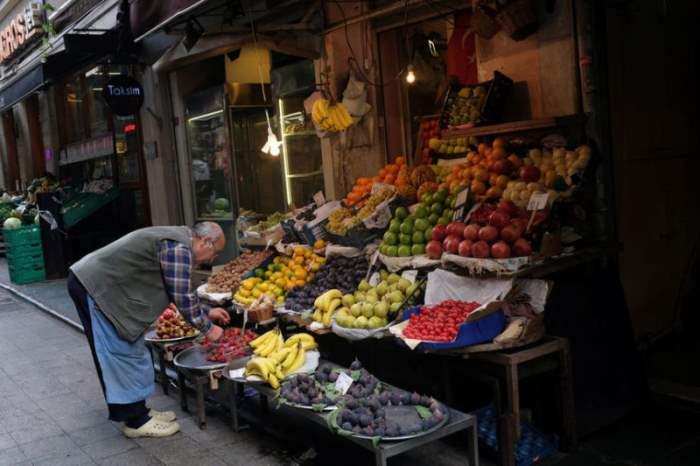 Продавец фруктов и овощей на рынке в Стамбуле, Турция.