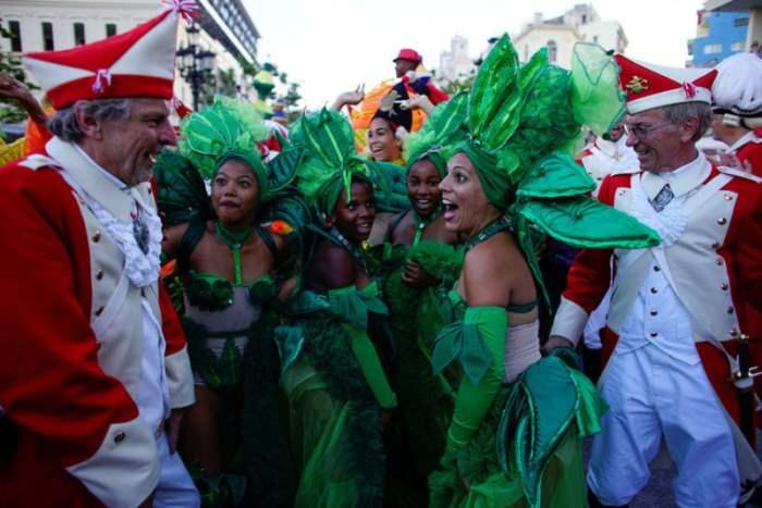 Участники карнавального шествия