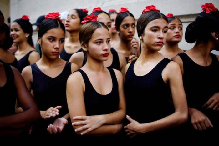 Балерины перед уличным шоу в Гаване, Куба.