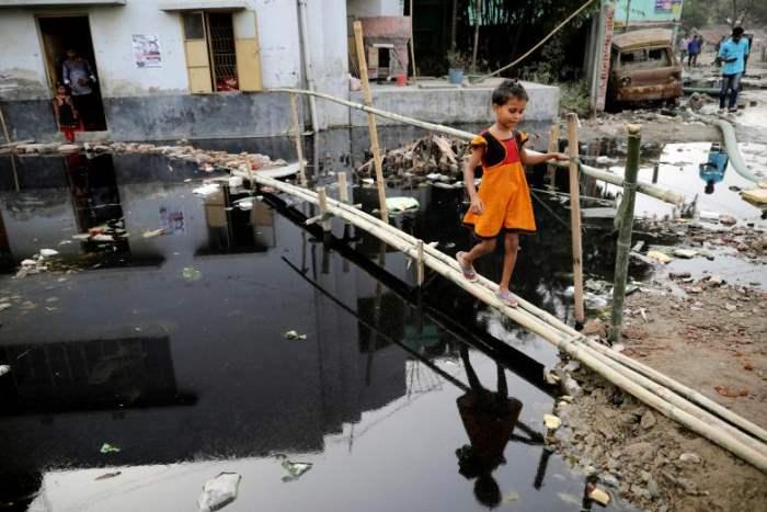 Девочка идет по бамбуковому мосту