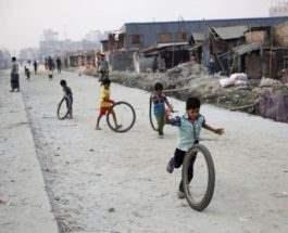 Дети играют с шинами