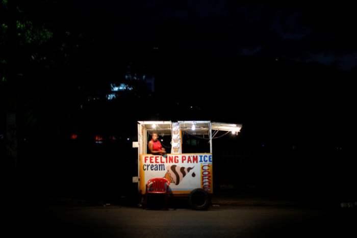 Женщина продает мороженое