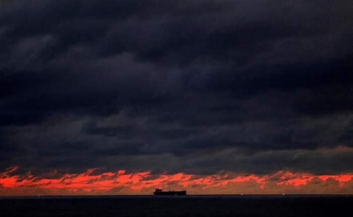 Корабль плывет к главной гавани Коломбо