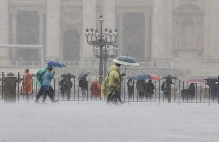 Люди под зонтиками