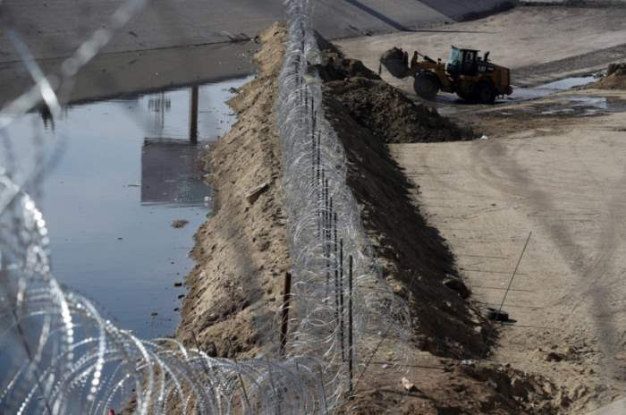Рабочие строят забор