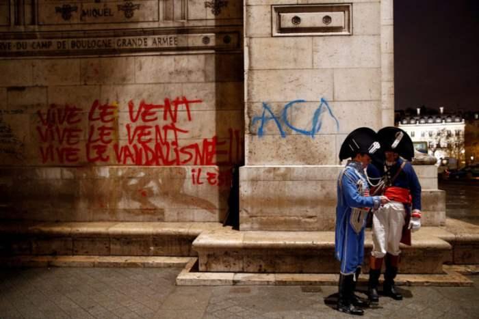 Граффити на Триумфальной арке