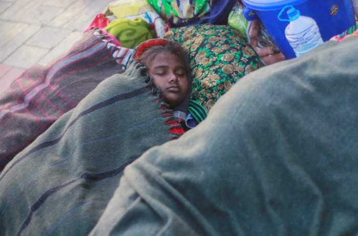 Девочка спит на улице