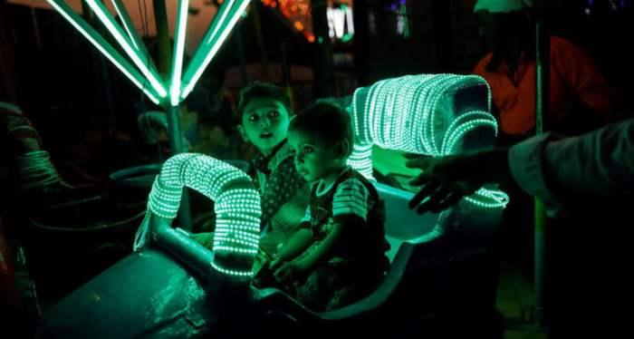 Дети веселятся на ярмарке
