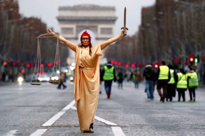Женщина, одетая как символ правосудия