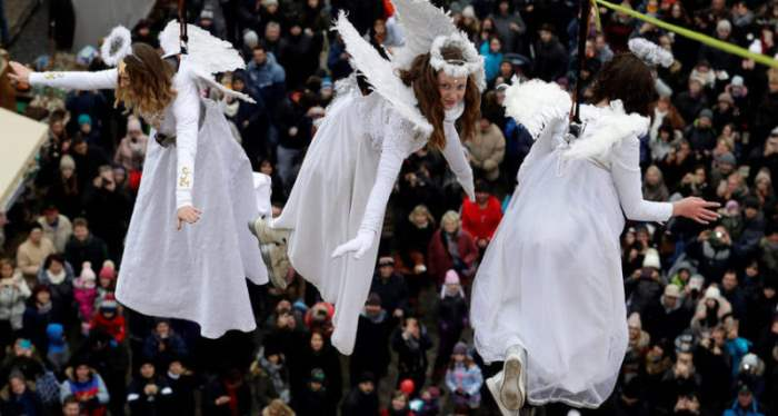 Женщины, одетые как ангелы