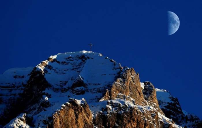 Луна поднимается над Альпам