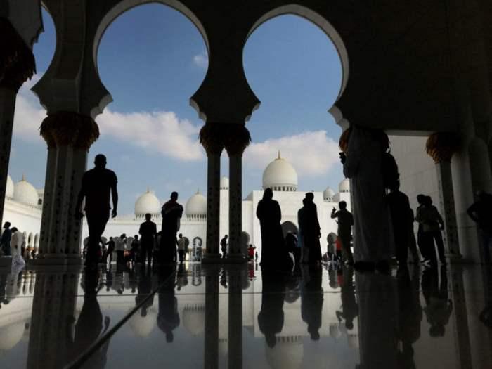 Люди в большой мечети Шейха Заида
