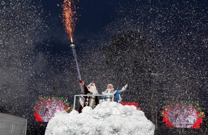 Люди в костюмах Деда Мороза