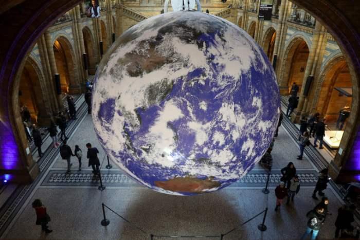 Огромный глобус