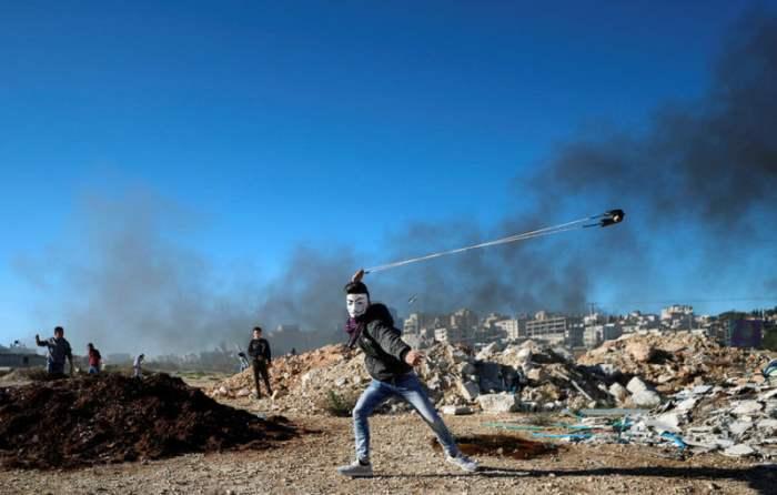 Палестинцы бросают