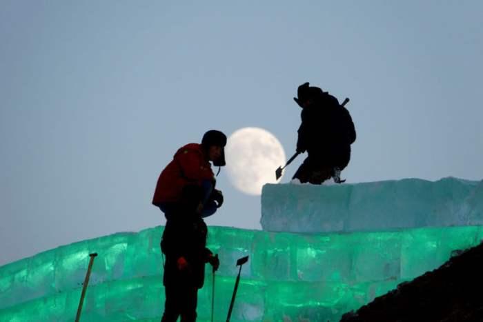 Рабочие готовят лед
