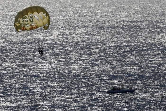 Туристы летают на парашюте