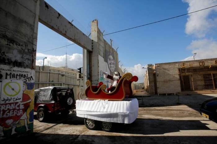 Человек в костюме Санта-Клауса
