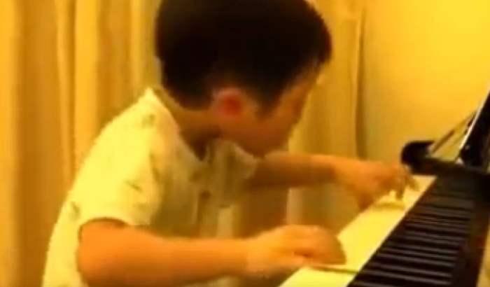 мальчик пианино
