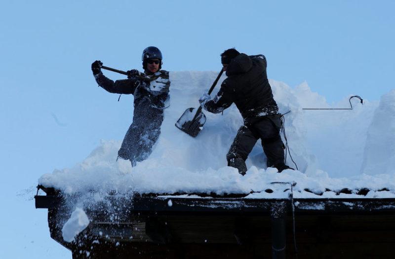 Австрийская армия убирает снег с крыши