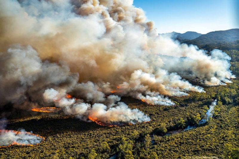 Большой пожар горит в Тасмании, Австралия.