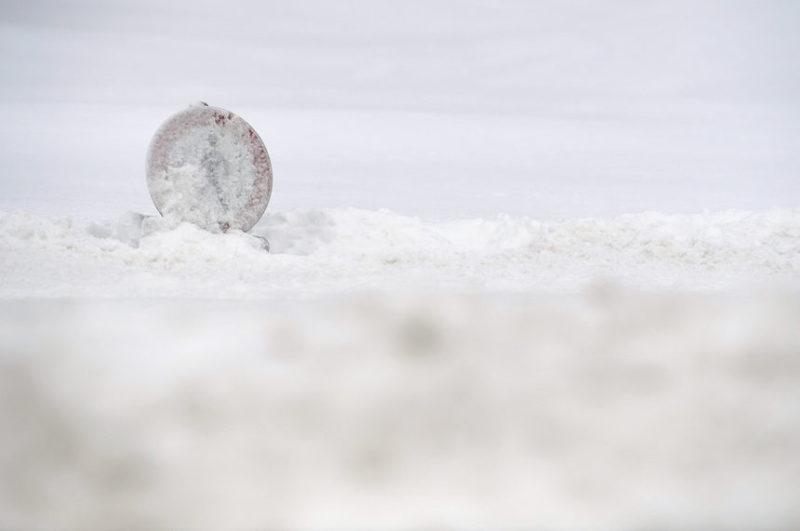 Дорожный знак покрытый с снегом