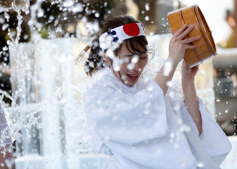 Женщина обливается холодной водой