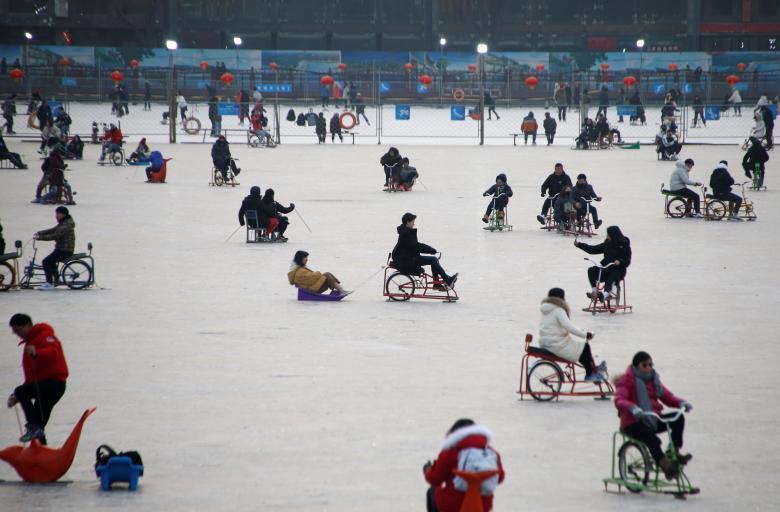 Люди играют на замерзшем озере