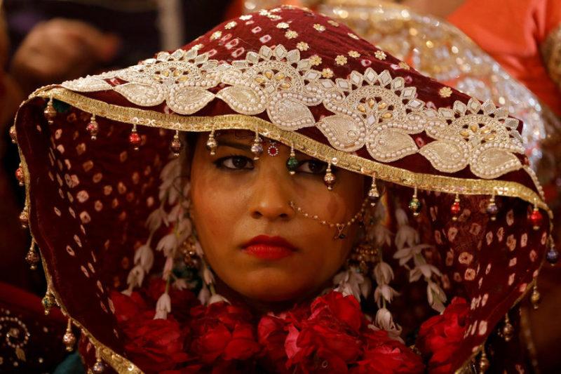 Невеста ждет массовой церемонии бракосочетания