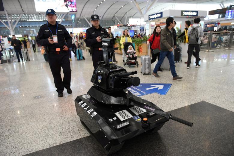Полицейские управляют роботом безопасности