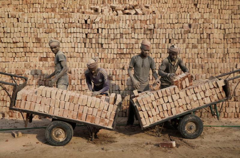 Рабочие на кирпичном заводе
