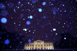 Снег падает на Белый дом