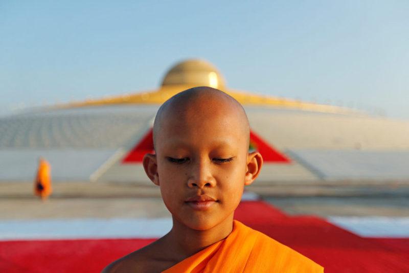 Буддист молится в храме