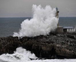 Волны разбиваются о скалу