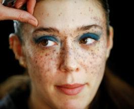 Модель готовится к макияжу