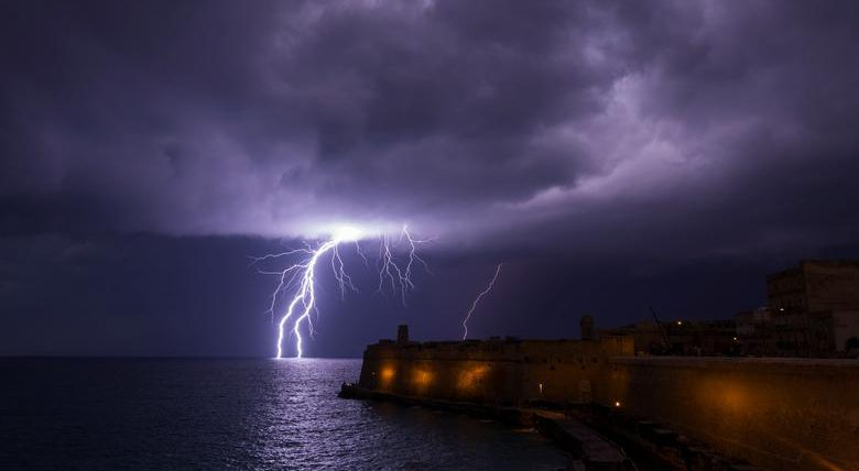 Молния ударяет в море