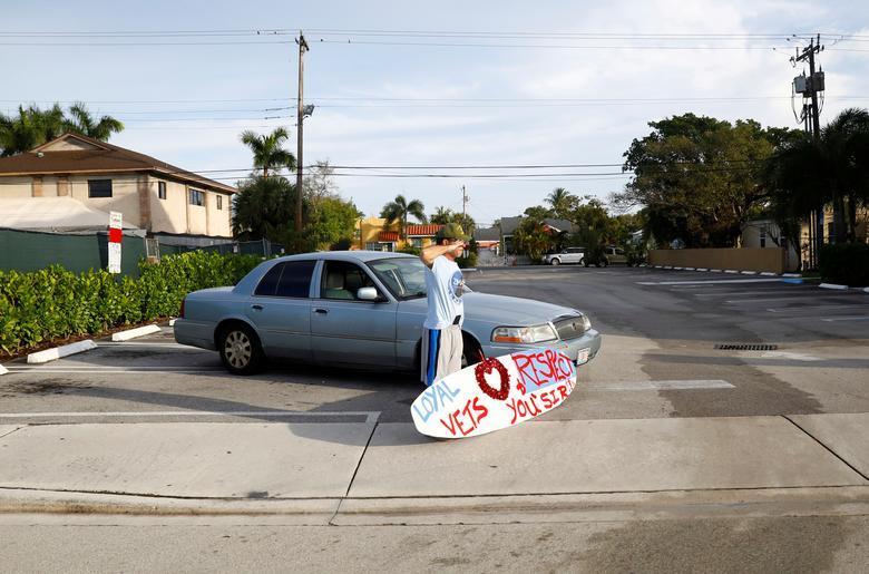 Мужчина приветствует автоколонну