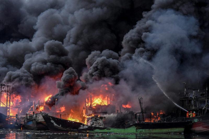 Пожар в порту в Джакарте