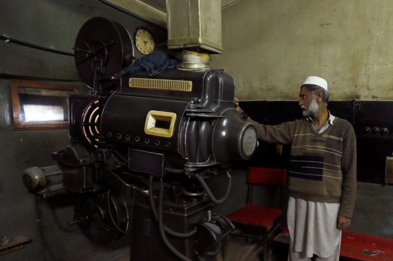 Работник управляет проекционной камерой
