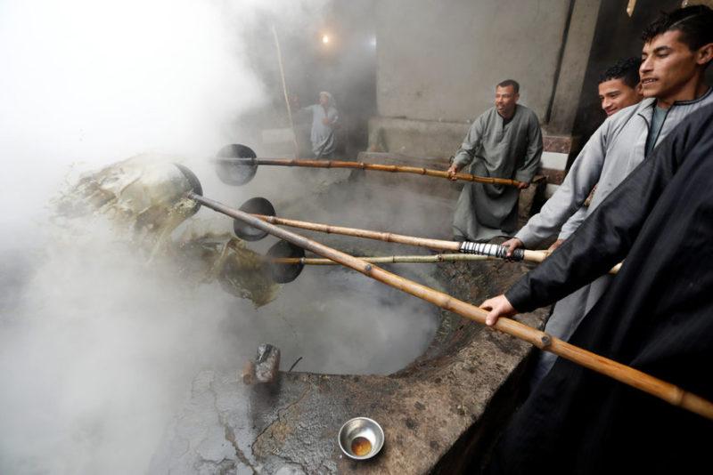 Рабочие готовят патоку