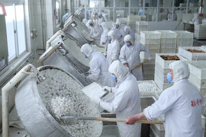 Рабочие делают рисовые шарики из рисовой муки