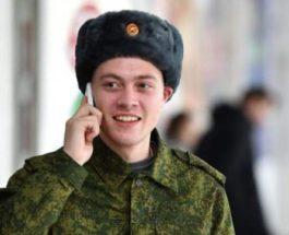 Солдат говорит по телефону