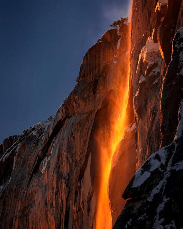 Солнечные лучи превращают водопад